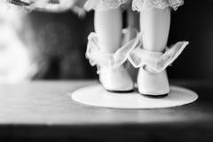 Schuh und Strumpf einer China-Puppe Stockbild