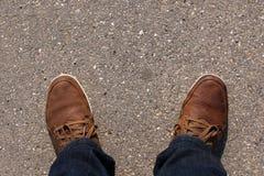 Schuhe auf Asphalt Stockbilder