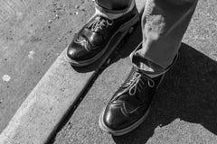 Schuhe auf dem Bürgersteig Stockbild