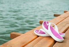 Schuhe auf dem Dock Stockbild