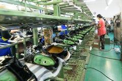 Schuhe auf dem Förderer der Schuhfabrik Stockfoto