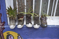Schuhe auf dem Fensterbrett in Valparaiso Stockfoto