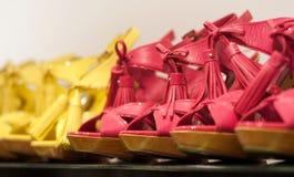 Schuhe auf dem Speicher Stockfotos