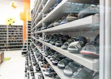 Schuhe auf dem Speicherfach Kind-` s Schuhe Lizenzfreie Stockfotografie