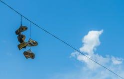 Schuhe auf der Stromleitung Stockbilder