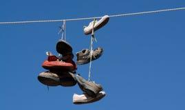 Schuhe auf einem Draht lizenzfreie stockfotos