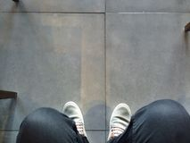 Schuhe auf einem konkreten Boden stockfotos