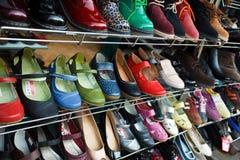 Schuhe auf einem Regal Lizenzfreie Stockfotos