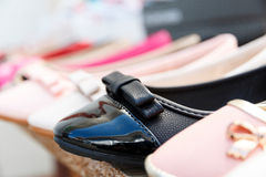 Schuhe auf einem Stand Stockfotos