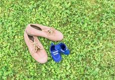Schuhe auf Gras Stockfotos
