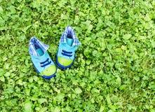 Schuhe auf Gras Lizenzfreie Stockfotos