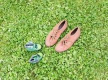 Schuhe auf Gras Stockfoto