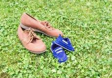 Schuhe auf Gras Lizenzfreie Stockbilder