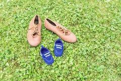 Schuhe auf Gras Lizenzfreies Stockfoto