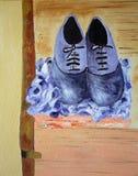 Schuhe auf Koffer Stockfoto