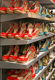 Schuhe auf a-Regal Lizenzfreies Stockfoto
