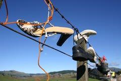 Schuhe auf Zaun Lizenzfreies Stockbild