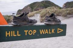 Schuhe auf Zeichenlesungs-` Bergkuppe-Weg ` stockfoto