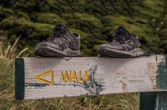 Schuhe auf Zeichenlesungs-` Weg ` stockbilder