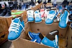 Schuhe in den Kästen Stockbilder