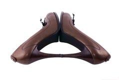Schuhe der bräunlichen Frauen der Perle mit schwarzen Spitzeen Lizenzfreie Stockfotos