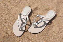Schuhe der Frau auf dem Strand Lizenzfreie Stockfotografie