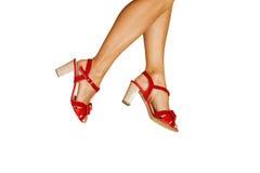 Schuhe der Frauen auf den hohen Absätzen getrennt Stockfotografie