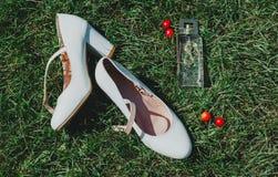 Schuhe der Hochzeitshohen absätze lizenzfreie stockbilder