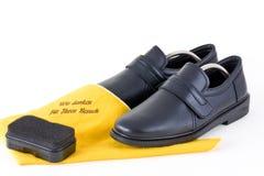 Schuhe der Männer mit einem Schwamm Stockfotografie