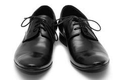 Schuhe der schwarzen Männer auf weißem Hintergrund Stockfotos