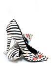 Schuhe der sexy Frauen des Zebradruckes die hochhackigen Stockfotos