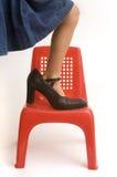Schuhe der versuchenden Mama des jungen Mädchens Stockbilder
