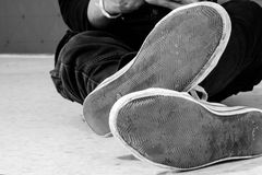 Schuhe des Mannes auf dem Boden Lizenzfreies Stockbild