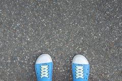 Schuhe, die auf dem Weg stehen Lizenzfreie Stockbilder