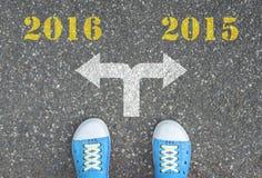 Schuhe, die an der Kreuzung - 2016 oder 2015 stehen Lizenzfreie Stockbilder
