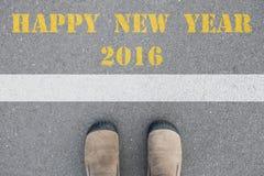 Schuhe, die an der Linie des guten Rutsch ins Neue Jahr 2016 stehen Lizenzfreie Stockfotos
