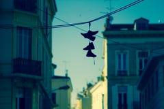 Schuhe, die am Kabel in französischem Riviera - Cannes hängen Lizenzfreies Stockbild