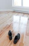 Schuhe, die voll einen leeren Raum der Leuchte betreten stockfoto