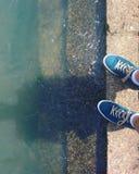 Schuhe durch den Fluss auf Sunny Day Stockbild