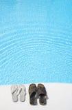 Schuhe durch Pool stockbilder
