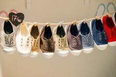 Schuhe in einem Markt Stockbild