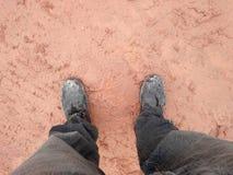 Schuhe einer tragende Stahlkappe des Mannes und Stellung in einem Schlamm stockbilder