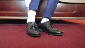 Schuhe eines Mannes auf Bett stock footage