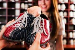 Schuhe für Bowlingspiel Lizenzfreie Stockbilder