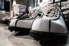 Schuhe für das Golf spielen lizenzfreie stockbilder