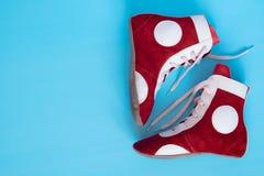 Schuhe für den Kampf ist auf einem Blau lizenzfreie stockfotos