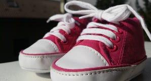 Schuhe für die ersten Schritte in der Welt Stockbilder