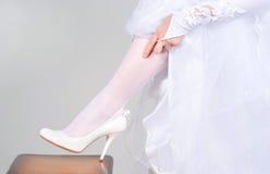 Schuhe am Fuß der Braut Lizenzfreies Stockbild