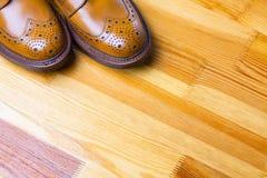 Schuhe-Ideen Nahaufnahme von Tipps von männlichen ` s Brogues-Stiefeln in Tan Co lizenzfreie stockfotos