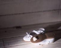 Schuhe im Dachboden Lizenzfreie Stockfotos
